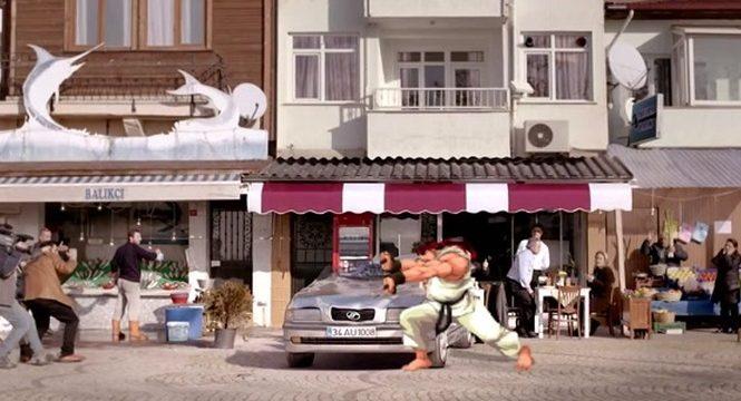 Ryu de Street Fighter casse une voiture