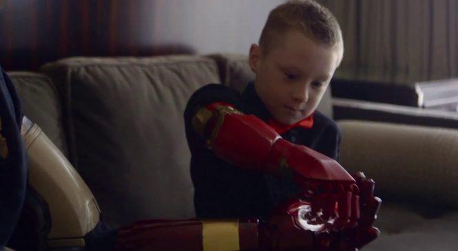 Iron Man offre une prothèse à un enfant sans bras