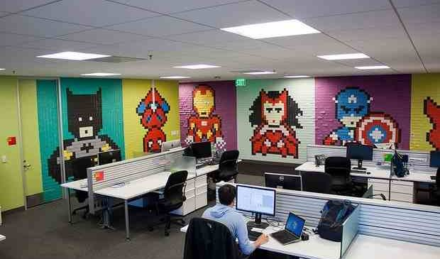 Un employé transforme radicalement son bureau avec 8000 Post-It