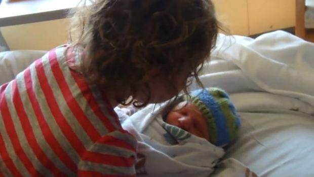 Une petite fille rencontre son petit frère pour la première fois