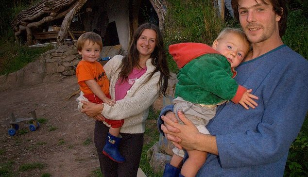 Il construit une maison écologique avec moins de 4000 euros