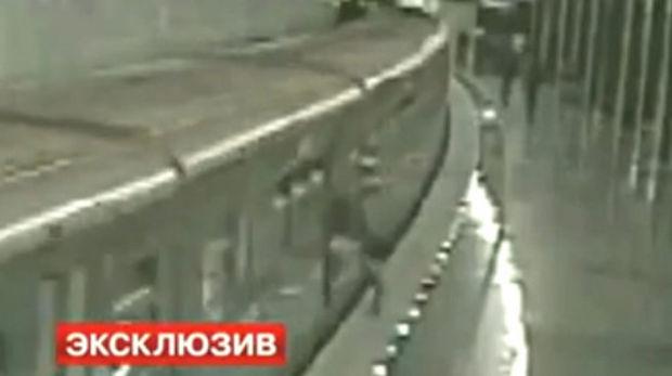 Un russe se coince une jambe dans le métro