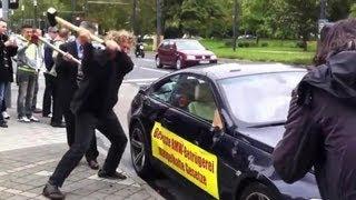 Un riche défonce à la hache une BMW