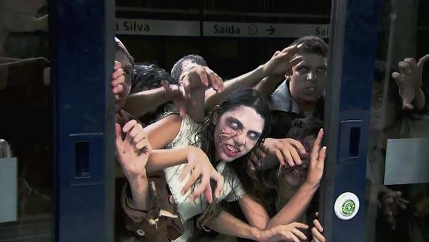 Caméra cachée d'une attaque de zombies dans le métro