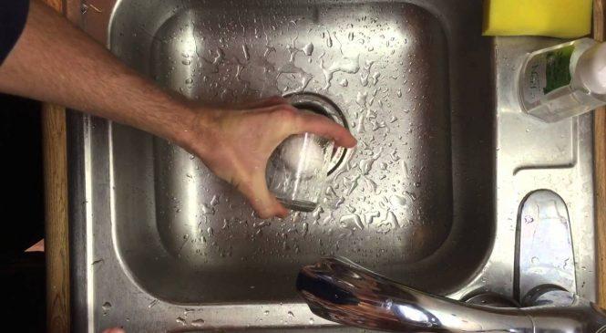 Éplucher un œuf dur rapidement et facilement avec un verre d'eau