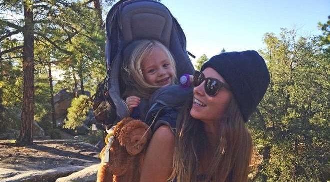 Âgée de 25 ans, cette jeune femme parcourt le monde entier avec sa fille de 3 ans sur le dos !