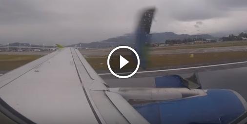 Des passagers voient des pièces d'un avion se détacher pendant le décollage