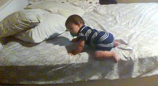 Quand Bébé Se Réveille, Il Fait Une Chose Surprenante Qui Va Intriguer Sa Maman