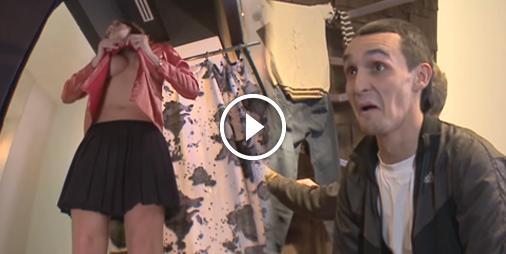 Une caméra cachée dans une cabine d'essayage filme les femmes qui se déshabillent