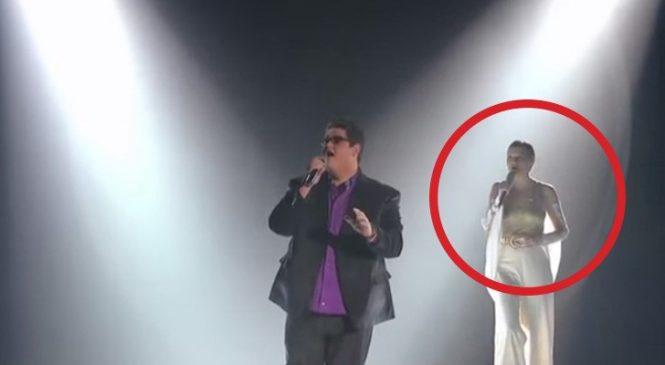 Un Chanteur Talentueux Monte Sur Scène, Mais Quand Arrive Le Deuxième Artiste… FRISSONS Garantis!