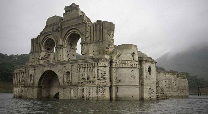 Une église vieille de 450 ans refait surface dans un réservoir d'eau au Mexique