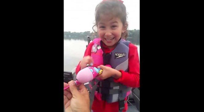 Elle Pêche Avec Sa Canne à Pêche Barbie Et Ce Qu'elle Sort De L'eau Les Fera Hurler!