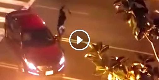 Un fou donne des coups de machette sur des voitures. Ce qu'il va lui arriver… WOH!