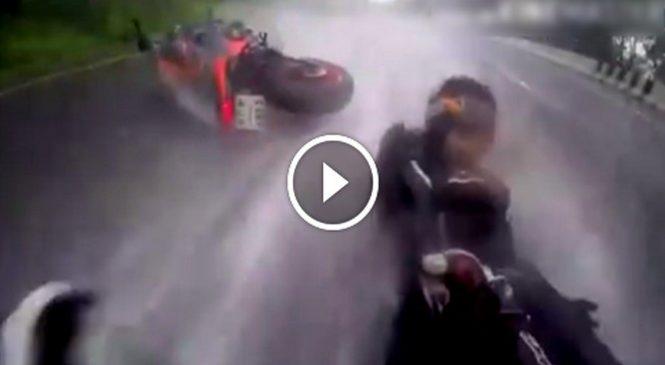 En plein crash, ce motard ne pense qu'à sauver sa partenaire. La classe !
