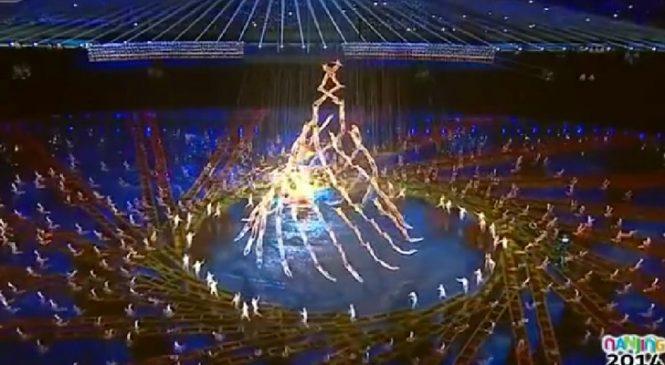 Ils Commencent à Former Une Pyramide Humaine, Mais Ce Qui Se Passe Ensuite Semble Magique