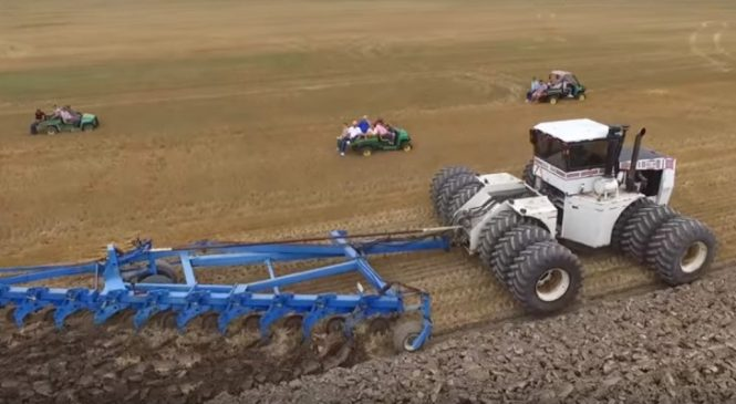 Un Des Tracteurs Les Plus Grands Du Monde Est Au Travail… Et Le Monde Se Déplace Pour L'admirer
