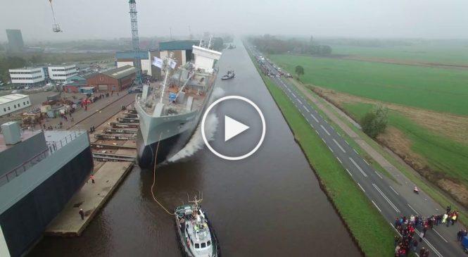 La mise à l'eau impressionnante d'un bateau cargo!