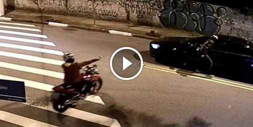 Des motards armés braquent toutes les voitures à un carrefour
