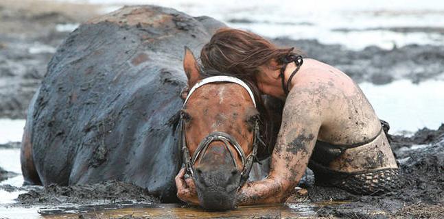 Son cheval est emporté par la boue, mais ce qu'elle fait est vraiment phénoménale!