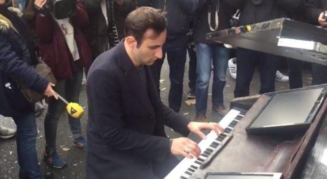 Attentat : À Paris, un inconnu sort dans la rue et joue «Imagine» au piano