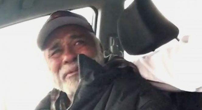 Il fait monter un SDF dans sa voiture et ce qu'il lui fait lui met les larmes aux yeux!