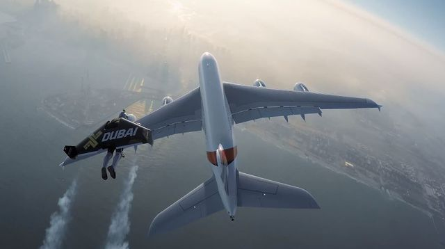 Deux hommes volent en jetpack et frôlent un A380 à Dubaï