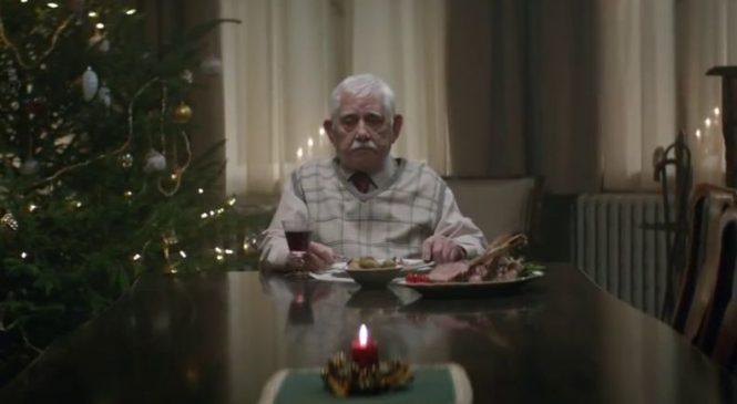 Seul pour Noël, ce grand-père fait une chose émouvante qui va vous faire pleurer