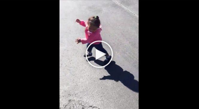 Une petite fille a peur de son ombre. Quand vous allez voir pourquoi !!
