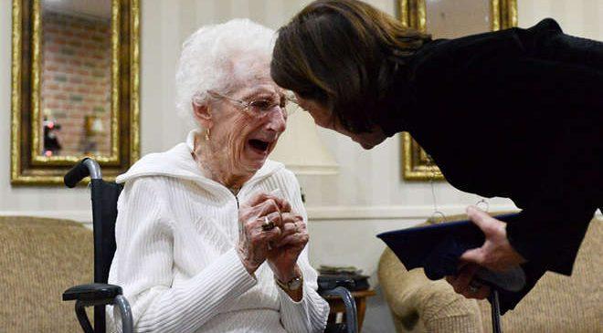 Elle pleure de joie en obtenant son baccalauréat à 97 ans