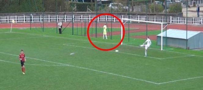 Un joueur de football se soulage sur le terrain