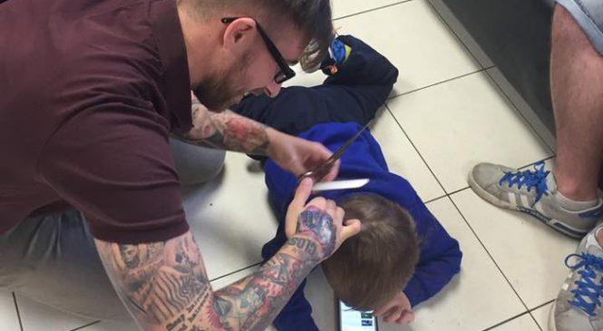 La Technique invraisemblable d'un Coiffeur pour Couper les Cheveux d'un jeune Autiste Terrifié