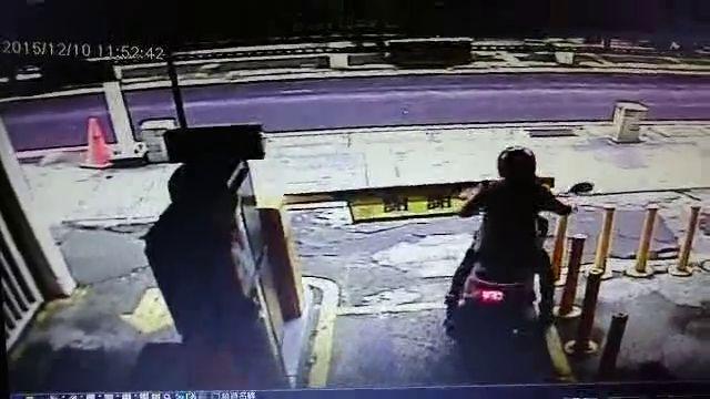 Une femme tente de sortir en scooter sans payer le parking