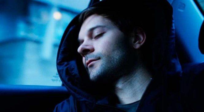 Un sweat avec une capuche gonflable pour faire la sieste n'importe où !