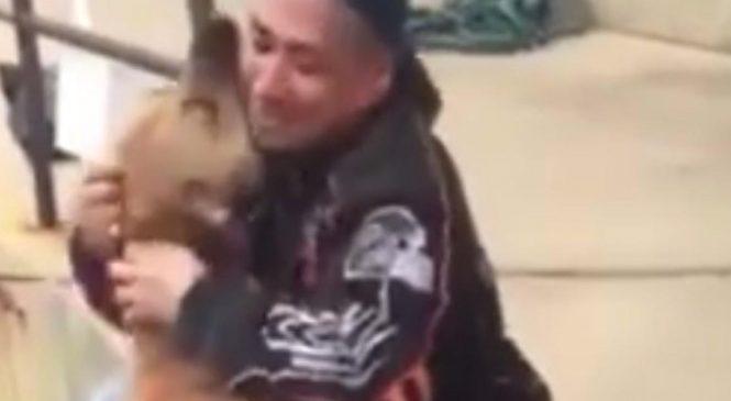 Un individu a volé le chien de ce SDF. 2 ans plus tard, leurs retrouvailles sont véritablement touchantes!