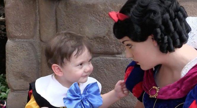 Elle emmène son fils autiste à Disneyland, quand elle voit Blanche Neige lui faire ça? Elle n'a pas le choix de prendre sa caméra!