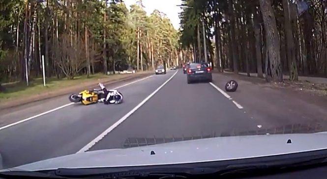 Un motard malchanceux se fait percuter par un pneu de voiture