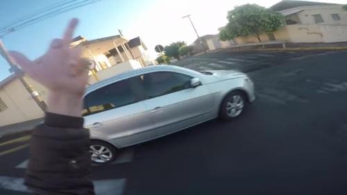Un motard va très vite regretter d'avoir fait un doigt d'honneur à un automobiliste