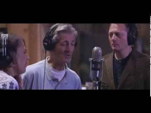 Ils entendent la voix de ce SDF et se dépêchent de l'amener dans un studio d'enregistrement !