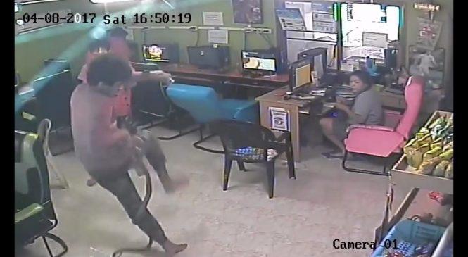 Un homme attaqué par une bête en sortant d'un café. Vous allez être terrifié !