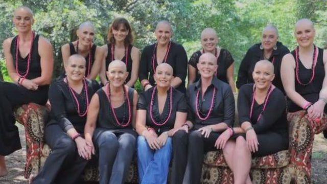 Atteinte d'un cancer, ses copines se coupent les cheveux pour la soutenir