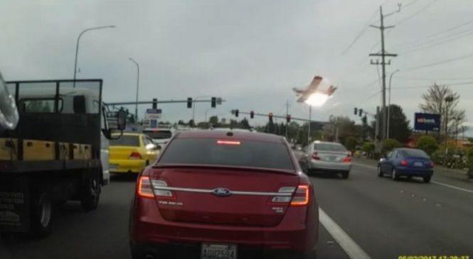 Le crash impressionnant d'un avion sur une route en ville