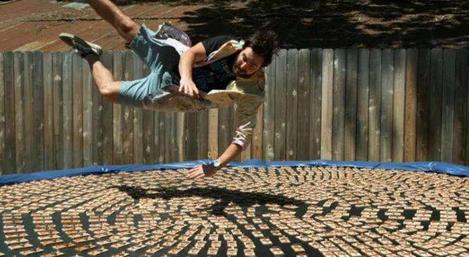 L'horreur : Il saute sur un trampoline avec 1000 pièges à souris