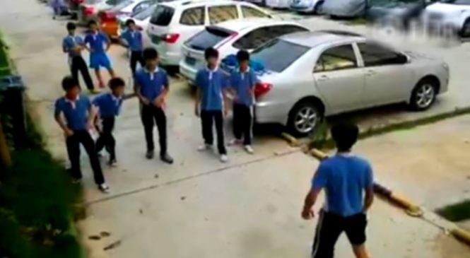 Un gamin se retrouve dans une bagarre contre 5 camarades. Du jamais vu ce qu'il a fait !
