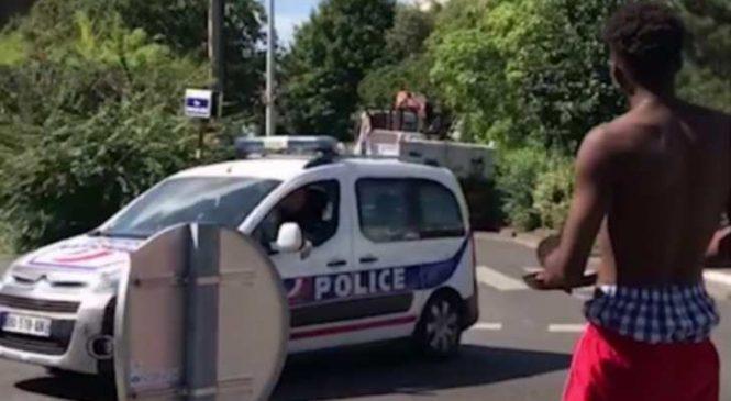 Un jeune de quartier essaie de vendre un steak cuit au soleil quand la police débarque