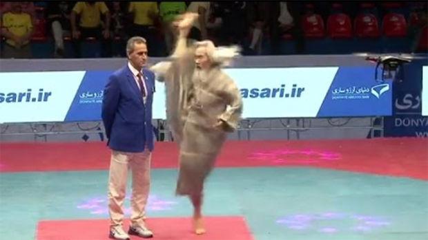 Voici ce qu'est capable de faire un maître de Taekwondo à 70 ans. Invraisemblable !