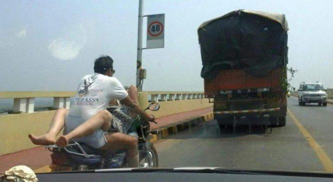 Un couple fait l'amour en moto sur une autoroute