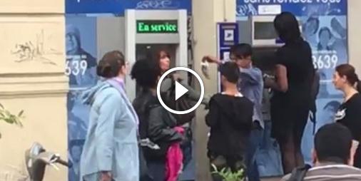 Vidéo : 3 gamins agressent une femme au distributeur avec un rat mort pour lui voler sa carte bleue