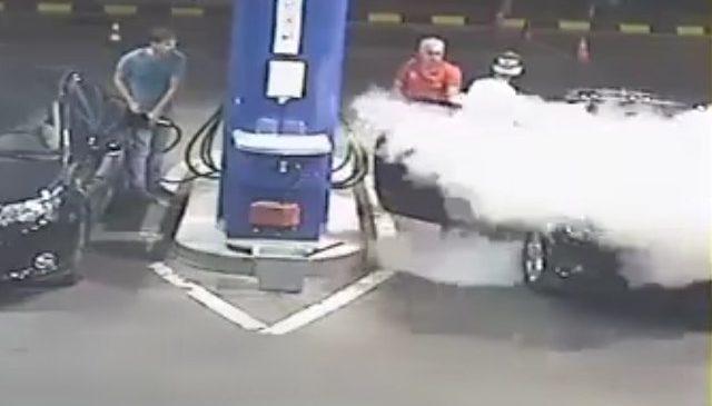 Le gérant d'une station-service se venge d'un gars qui fume près de la pompe