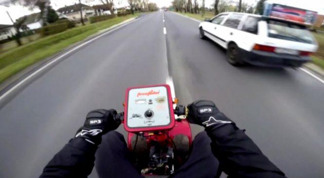 Il transforme un scooter pour handicapé en un super bolide qui va à plus de 100 km/h