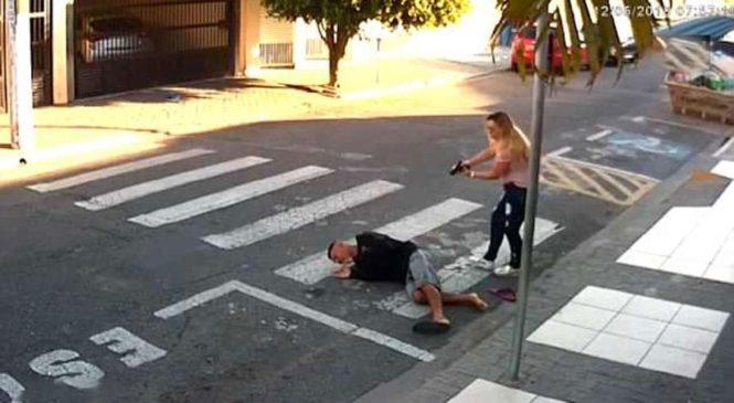 Un voleur braque des mamans… parmi elles se trouve une policière qui n'hésite pas à faire feu !